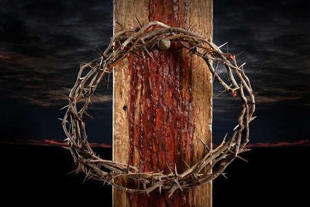 Kroon van doornen kruis in handen van nagel Stockfoto