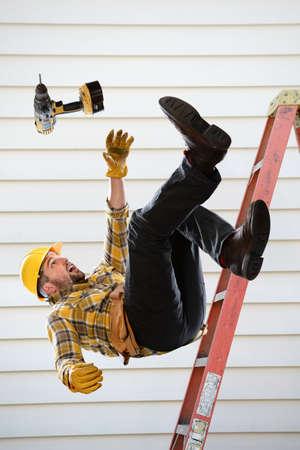 Trabajador que cae de la escalera dentro de la habitación Foto de archivo - 67548845