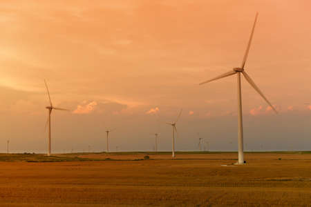Wind turbines at sunset on flat land in Kansas Banque d'images