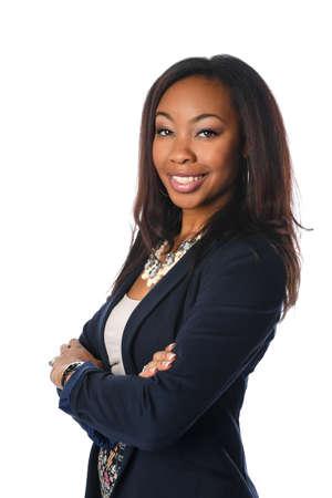 Portret van Afro-Amerikaanse zakenvrouw met de armen gekruist geïsoleerd op een witte achtergrond
