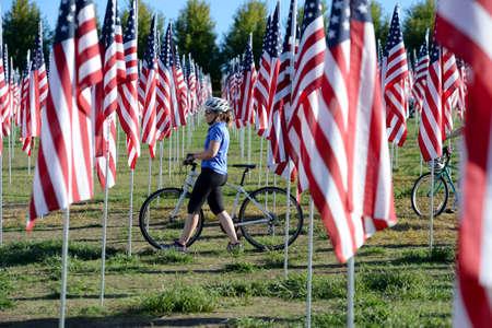 Saint Louis, MO - 11 Septembre, 2016: Plus de 7000 drapeaux avec nom, photo et étiquette du soldat chien tué en défendant la vague des États-Unis en dehors du musée d'art de Saint-Louis à Saint Louis, Missouri Banque d'images - 69962124