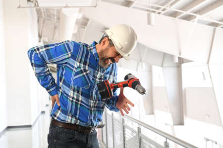 Spaanse werknemer krijgt letsel terug te laten zakken in het gebouw