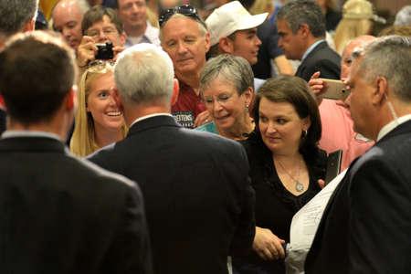 Chesterfield, MO, États-Unis - 06 septembre 2016: Candidat républicain à la vice-présidence, le gouverneur de l'Indiana, Mike Pence, parle à des supporters lors d'un rassemblement à Chesterfield, Missouri. Banque d'images - 69962162