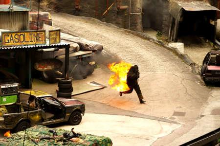 under fire: Potsdam Babelsberg, Brandenburg  Alemania Agosto, 11, 2012: El show de dobles en la pel�cula Parque Potsdam Babelsberg. A Stuntman se establece bajo el fuego. Editorial