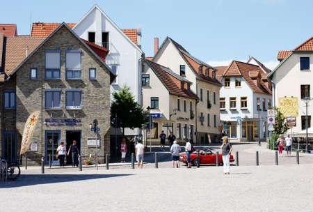 union familiar: Waren, Mecklemburgo-Pomerania Occidental  Alemania - 9 de junio de 2013: La gente se para en el centro del casco antiguo de Waren y en busca de un coche deportivo de color rojo que pasa el 09 de junio de 2013. Editorial