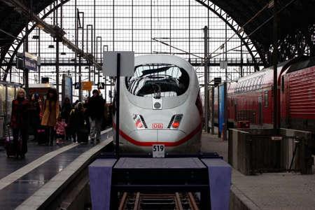 treno espresso: Francoforte, Germania - 19 dicembre 2013 i viaggiatori lasciano un treno espresso della Ferrovia tedesca nella stazione ferroviaria centrale di Francoforte s il 19 dicembre 2013 a Francoforte