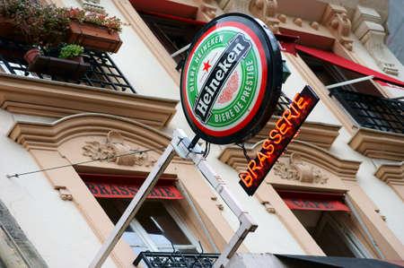 brasserie restaurant: Paris, France - Janvier 1, 2014 Une enseigne publicitaire pour la bi�re Heineken sur la fa�ade d'une brasserie sur Janvier 01, 2014, Paris