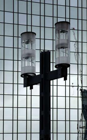 grate: La fotografia di una lanterna di fronte a una facciata moderna