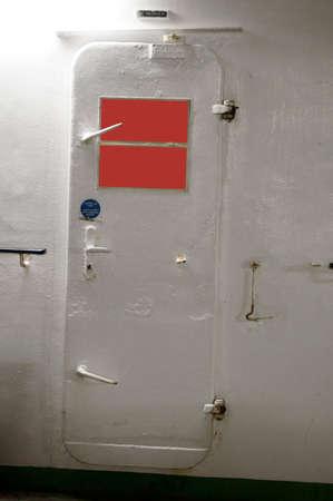 estacion de bomberos: La pesada puerta de acero de una estaci�n de bomberos en un barco. Foto de archivo