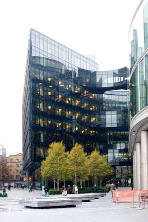 parking facilities: Londres, Reino Unido - 28 de noviembre 2014: Un moderno edificio de oficinas de Ernst & Young en las orillas del r�o T�mesis en el barrio de Southwark el 28 de noviembre de 2014 en Londres. Editorial