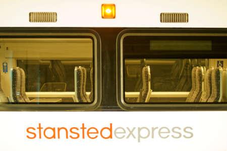 treno espresso: London, UK - 1 aprile 2015: La vista laterale del treno Stansted Express collega l'aeroporto e la citt� di Londra, che il 1 � aprile 2015 a Londra.