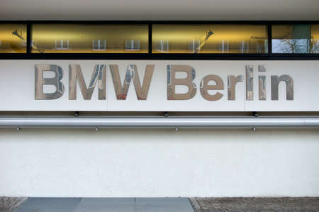 spiegelung: Berlin, Deutschland  April 08, 2015: Die Fassade des Autohauses der Automarke BMW mit Logo am 08. April 2015 in Berlin.