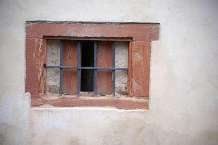 rejas de hierro: Barras de hierro oxidado en un viejas ventanas de un muro.
