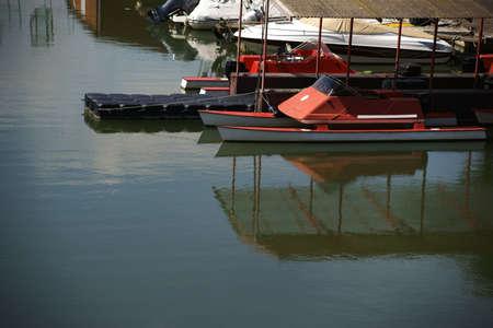 motorised: Un catamarán de monoplazas con motor en un puerto.