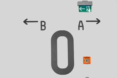 salida de emergencia: Un bot�n de alarma y una se�al de salida de emergencia en el nivel cero de un edificio.