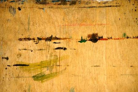 farbe: Eine abstrakte und mit Farbe bekleckste Spanplatte, das Malutensil eines Malers. Stock Photo