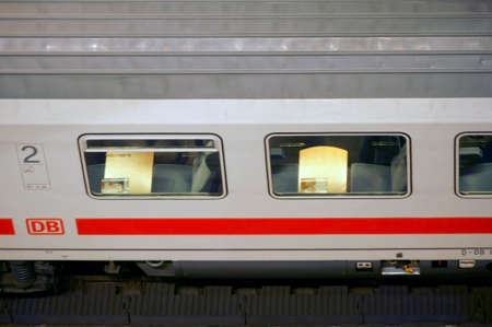 treno espresso: Berlino, Germania - 22 Febbraio, 2015: La vista dall'alto di un treno espresso IC con posti a sedere dietro la finestra nella stazione centrale di Berlino, il 22 febbraio, 2015 a Berlino.