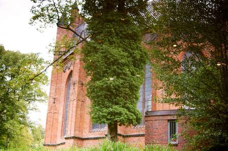 spiegelung: Eine alte Kirche spiegelt sich auf der Wasseroberfl�che eines Teiches.