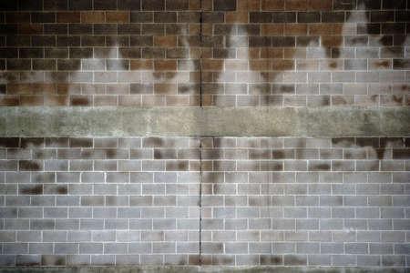 壁や家の壁は、水分と散在しています。