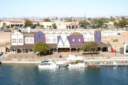 case colorate: Lake Havasu City, Stati Uniti - 23 dicembre 2015: Case colorate e depositi di barche sul lungomare di Lake Havasu con pontili in data 23 dicembre 2015 a Lake Havasu City.
