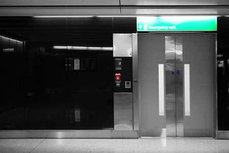 salida de emergencia: La puerta autom�tica brillante de un ascensor se utiliza como salida de emergencia.