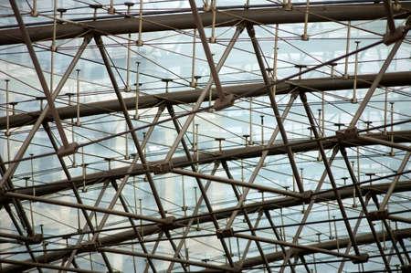 struts: Die Detailaufnahme einer mit Stahlseilen gest?tzten Dachkonstruktion aus Metall.