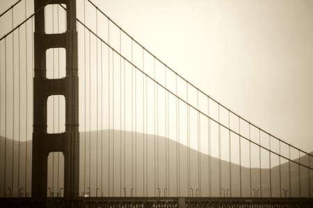 De vintage foto van een pijler van de Golden Gate Bridge in mistige regen.
