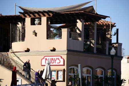 Stil: San Juan Capistrano, Vereinigte Staaten - Dezember 25, 2015: Die Vintage Fassade im Adobe Stil eines Ruby?s Imbissrestaurants mit Besuchern am 25. Dezember 2015 in San Juan Capistrano. Editorial