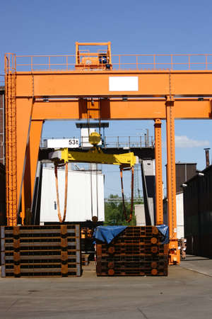 solid wire: The framework of a lifting device for heavy materials in the steel industry.