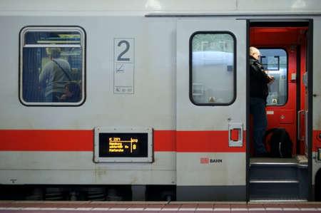 """treno espresso: Kassel, Germany """"20 dicembre 2014: L'IC 2371 in linea treno espresso tra Amburgo e Costanza via sideview il 20 dicembre 2014, la stazione ferroviaria di Kassel. Editoriali"""