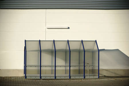 Ein leerer Kunststoffunterstand fr Einkaufskrben an der Wand Einkaufszentrums Eines. Standard-Bild - 67396921