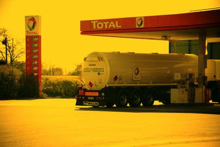 ベルリン、ドイツ - 2017 年 4 月 29 日: 2017 年 5 月 1 日にベルリンでタンク トラックは休憩所で総ガソリン スタンドのポンプ ステーションで燃料補給