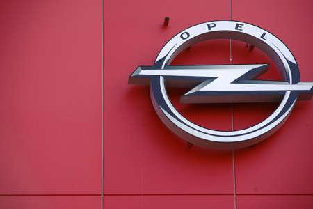 マインツ、ドイツ - 2017 年 8 月 20 日: 自動車製造業者 Opel オペル アリーナ 1 の屋根端の光沢のあるシンボルです。FSV マインツ 05 2017 年 8 月 20 日にマ