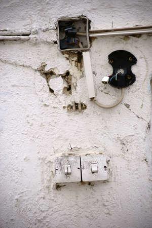 古い、使われなくなった電源ディストリビューターの写真。