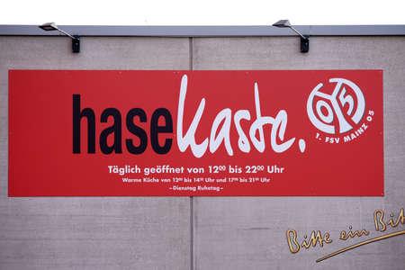 Mainz, Duitsland - 20 augustus 2017: Een bord en logo van de kaste van restaurant Hase in de Opel Arena van de 1. FSV Mainz 05 op 20 augustus 2017 in Mainz.