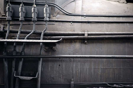 Hydraulische slangen evenals stoompijpen en waterpijpen op een boiler van een oude stoomlocomotief.