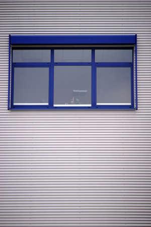オフィスの窓の近代的なオフィスビルの段ボールの正面。