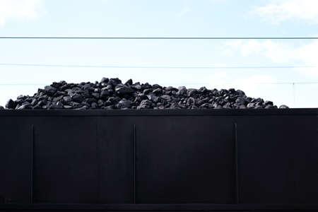 Het laadgebied van een oude stoomlocomotief met kolen om de stoomketel te verwarmen. Stockfoto