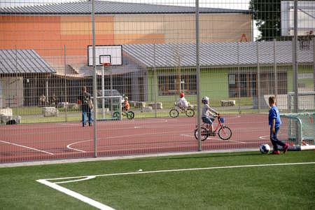 ギンスハイム、ドイツ - 2017年9月23日:若者と子供たちは、2017年9月23日にギンスハイムのユーススポーツパークのバスケットボールコートでBMXに乗り
