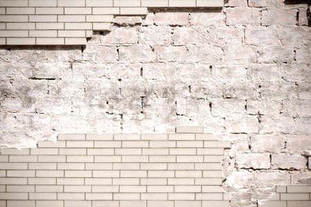 Die Nahaufnahme einer Hausfassade mit abgebrochenen Klinkersteinen. Standard-Bild