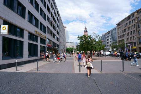 Frankfurt, Germany - July 06, 2019: Pedestrians walk along the shopping street Rossmarkt with shops on July 06, 2019 in Frankfurt. 新聞圖片