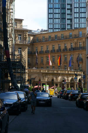 Frankfurt, Germany - July 06, 2019: The Imperial Square in the city center with the Hotel Steigenberger Frankfurter Hof as well as shops and commercial buildings on 06 July 2019 in Frankfurt. 新聞圖片