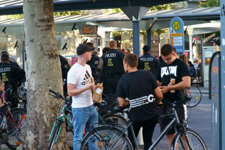 Mainz, Germany - September 14, 2019: Policemen carry out checks at the station after a Bundesliga match between 1. FSV Mainz 05 and Hertha BSC on September 14, 2019 in Mainz. 新聞圖片