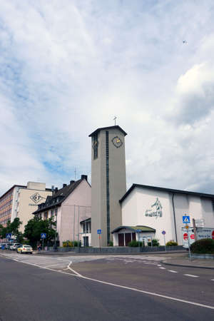 Hanau, Germany - June 16, 2019: A street in downtown Hanau at the Catholic parish of St. Joseph on June 16, 2019 in Hanau. 新聞圖片