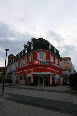 Homburg, Germany - November 02, 2019: The red building radio station 89.6 Homburg at the city center on November 02, 2019 in Homburg. 新聞圖片