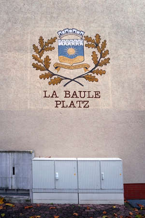 The coat of arms of La Baule Place in Homburg over an electrical distribution box.