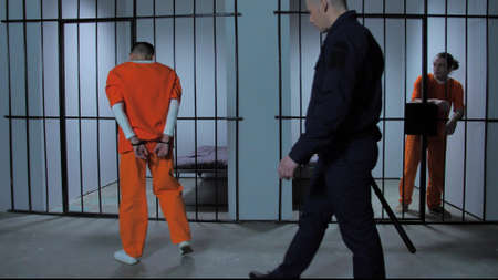 The warden leads the prisoner to the cell Zdjęcie Seryjne