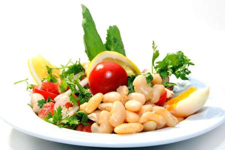 Delicious fresh salad with beans, tomatoes and lemon Standard-Bild