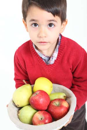 Child bringind Korb Obst auf weißem Hintergrund Standard-Bild - 11395546
