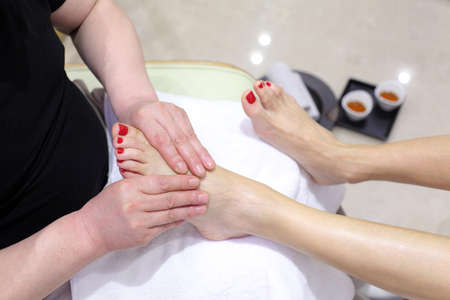 manos y pies: Cuidado de los pies en un sal�n de belleza de los pies Foto de archivo